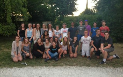 Students from Chantilly, VA and Chantilly, France pose in a group picture