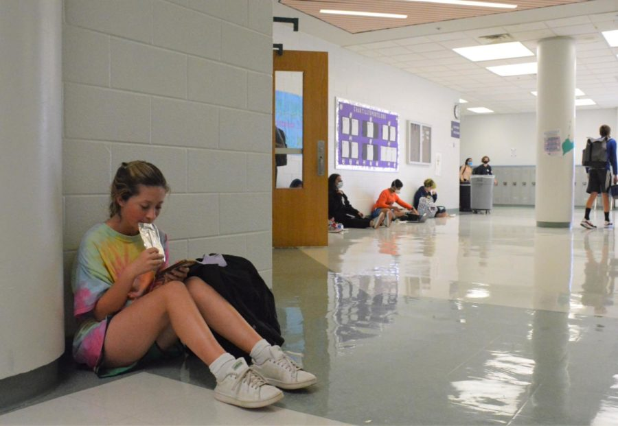 Sophomore Clara Chambers eats lunch in the hallway outside the cafeteria like other students on Sept. 16.